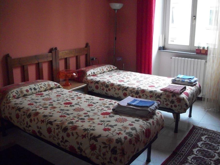 Il letto matrimoniale si può dividere per avere due letti singoli.