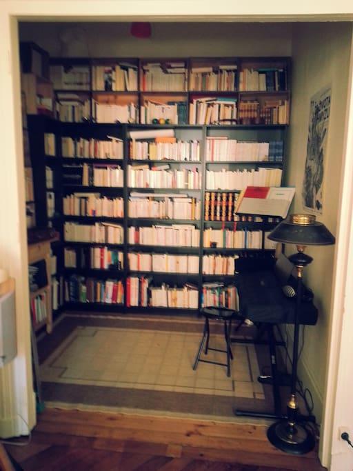 l'alcove dédiée à la musique et à la littérature...
