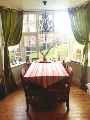 Warm, Loved & Cozy room in Family Home. Highgate
