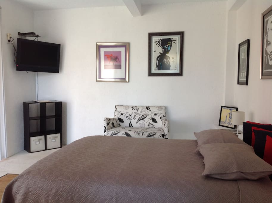 Amplia habitación con cama queen size.
