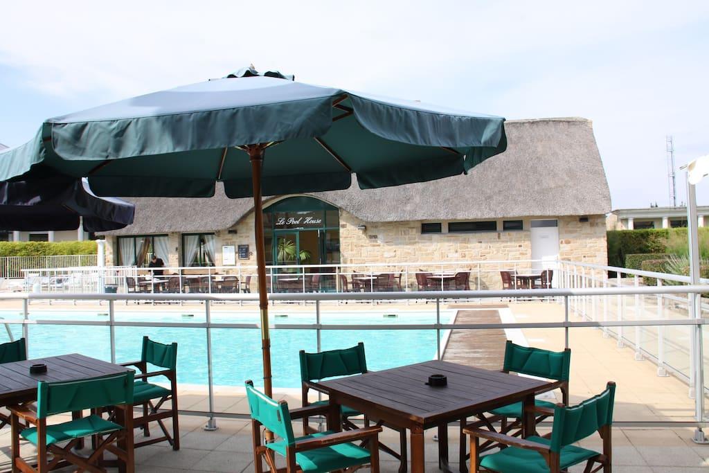 piscine avec terrasse + bains de soleil