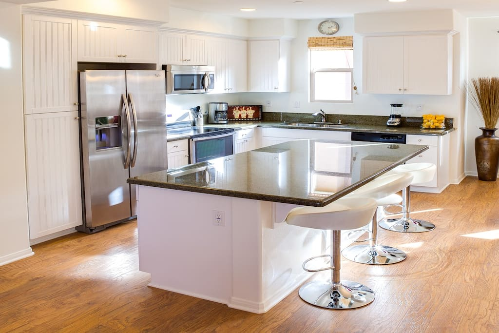 Open Gourmet Kitchen, bar Seating for 4