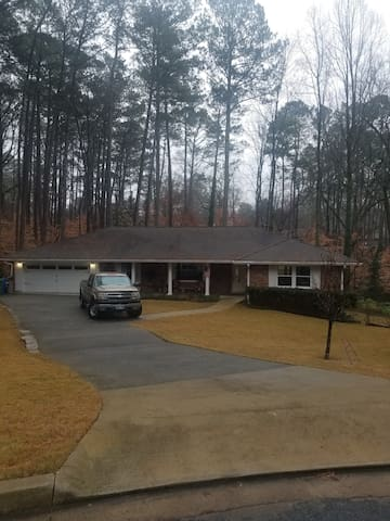 Quiet home inside Perimeter 1/2 mile from 85N