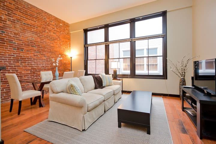 Downtown Loft: 2nd Ave (between Church & Commerce)