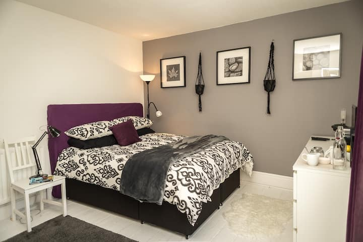 Bright Double Room in Stylish House