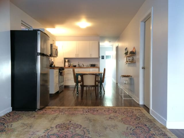 Warm & Modern Pilsen Home - 1 Bedroom (Twin)