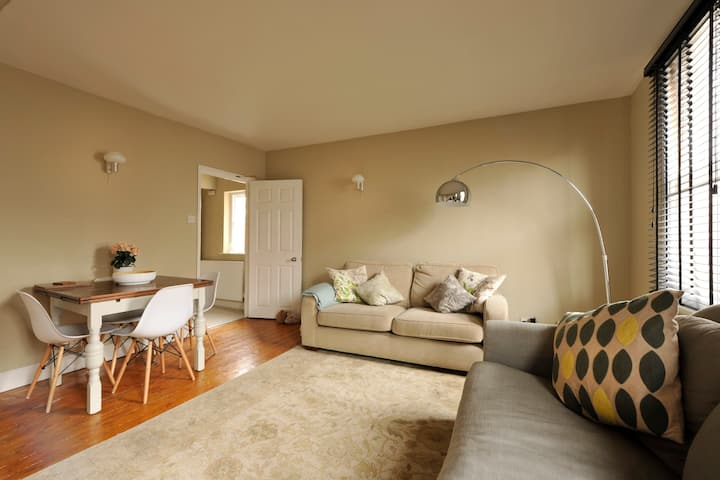 Central 2 bed apartment   Parking   Great location