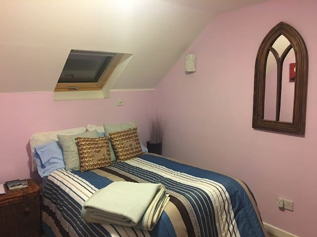 Delightful en-suite eaves room in quiet location
