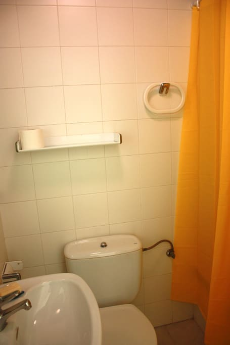 Baño de uso privado con bañera pequeña.