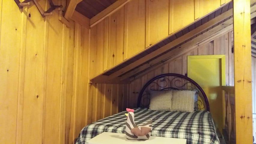 Mezanino com cama de casal e mais uma de solteiro