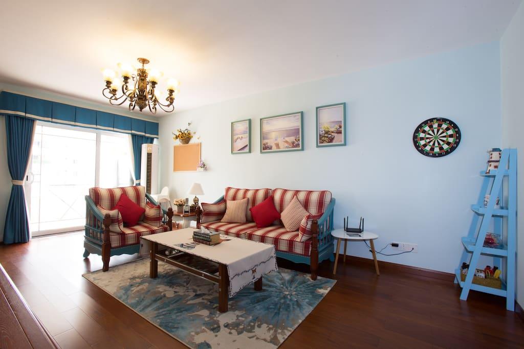 """客厅 Living room,地中海风格装修,最新款柱式冷暖空调,宽敞有特色,色彩温馨,您可以在沙发上""""葛优躺""""看着电视舒服一把"""