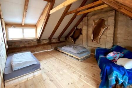 Zimmer im modernen Holzdesign in Goldenbaum