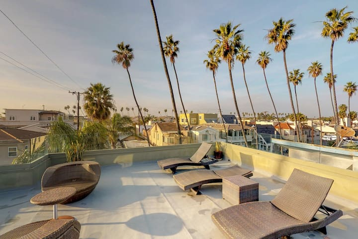 NEW LISTING! Upscale home w/ ocean view roof deck & full kitchen - walk to beach