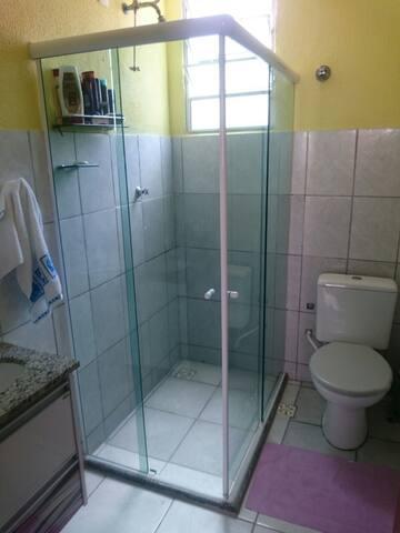 Banheiro que inclui chuveiro a gás