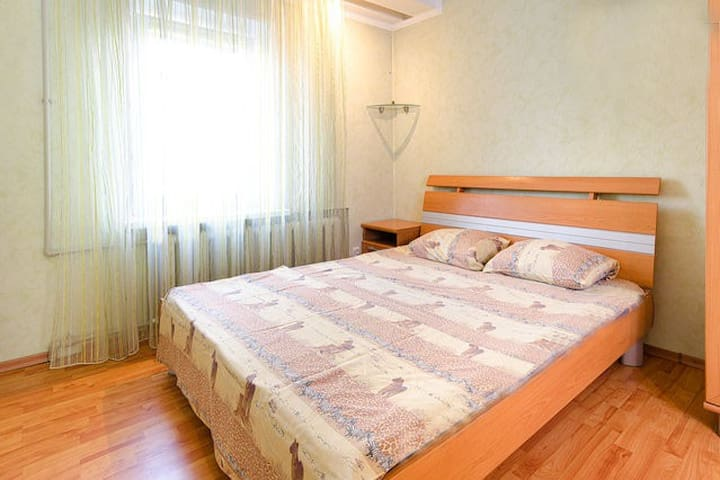 Cosy apt at central square - Donetsk! - Leilighet