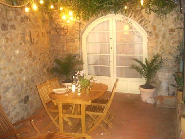 Stylish Medieval Cottage, courtyard, Castelnou - Castelnou - Ev