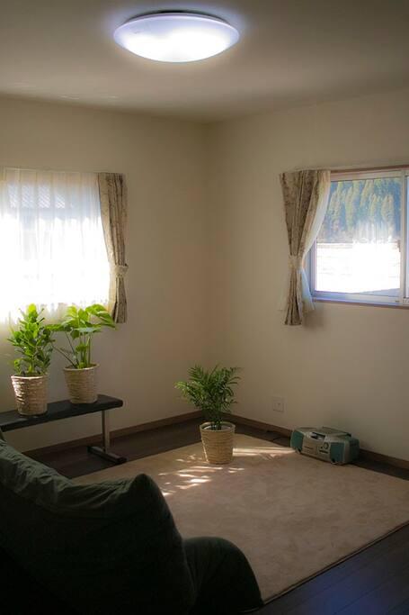 お部屋は8畳の洋室になります。