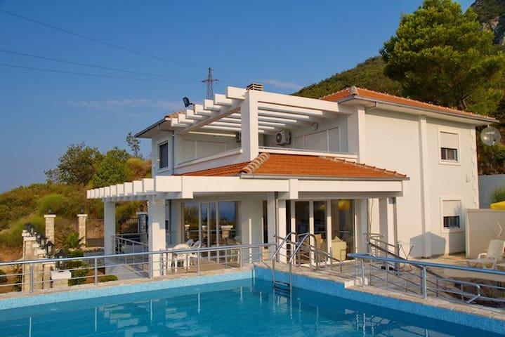 Luxury Designed Modern Villa****