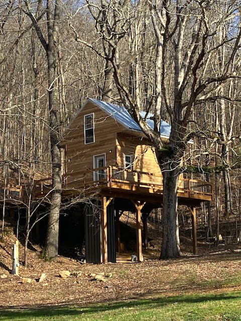 NO SUNDAY CHECK INS TREEHOUSE CABIN , hot tub,