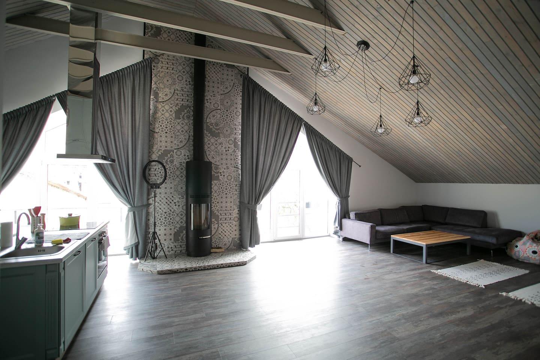 Кухня-студия в стиле лофт с действующим камином, видом на одесские крыши
