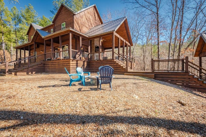 Creekview Lodge Luxury 5+ Bedroom cabin on a Creek located in the heart of Hotchatown!