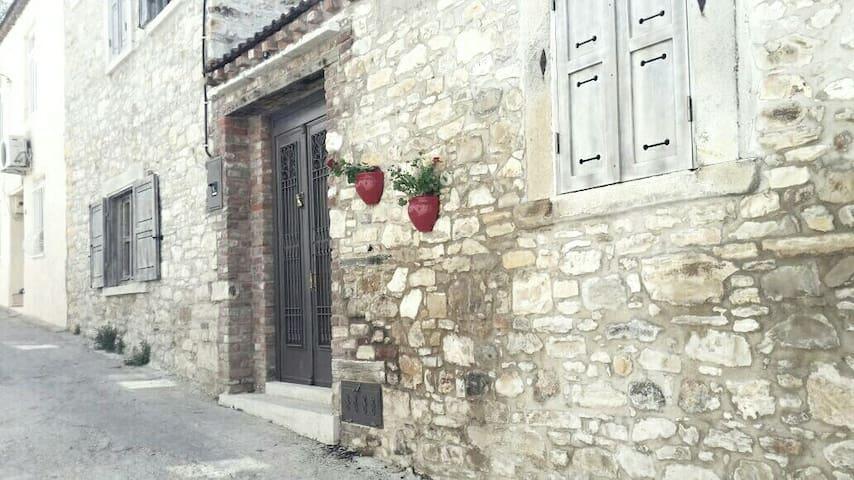 Urla Merkezde Bahçeli Gerçek Taş Ev - Urla - วิลล่า