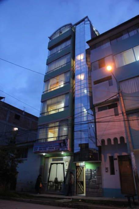 Foto del edificio de noche