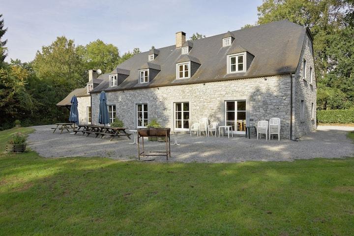 Espaciosa casa de vacaciones con terraza en Anhée, Bélgica