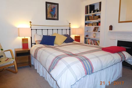 Spacious bedroom in Victorian house - Farnborough