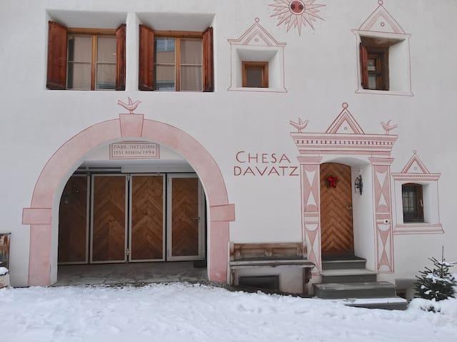 Chesa Davatz im Dorfkern von Zuoz - Zuoz - Byt
