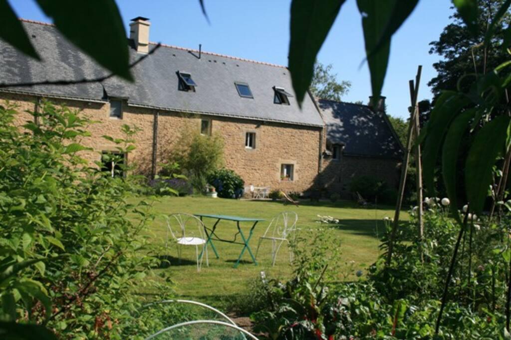 façade coté nord , grand jardin et potager