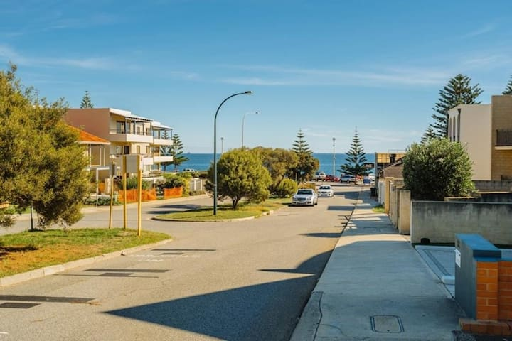 Beach Apartment - Cottesloe's best location - Cottesloe