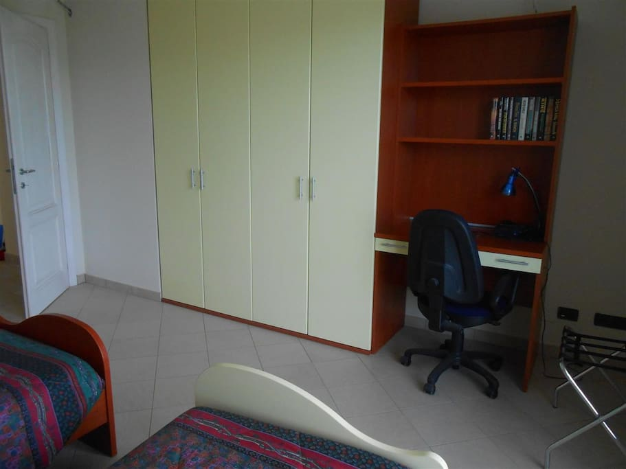 Armadio e scrivania della camera