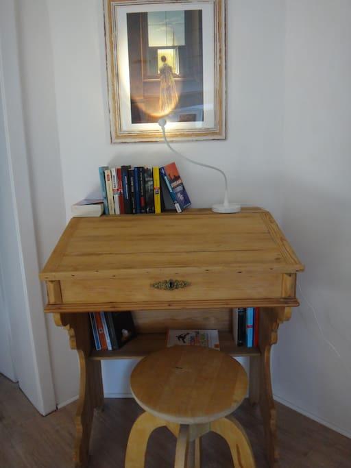 Schreibpult mit Büchertauschoption