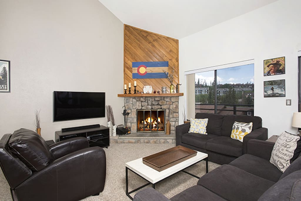 New Wide Screen Curved TV, Wood Fireplace and Room For Everyone!