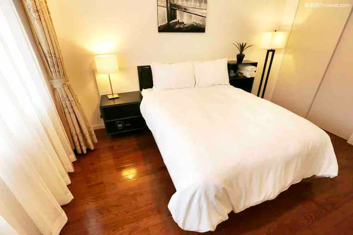 Modern apt private bed, bath, close to everything.