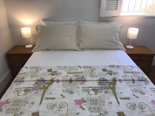 A primeira suíte do térreo tem uma confortável cama box.