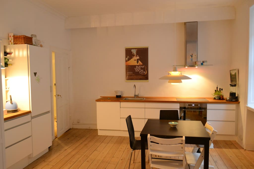 The fully equipped kitchen accommodates 8 dining guests.