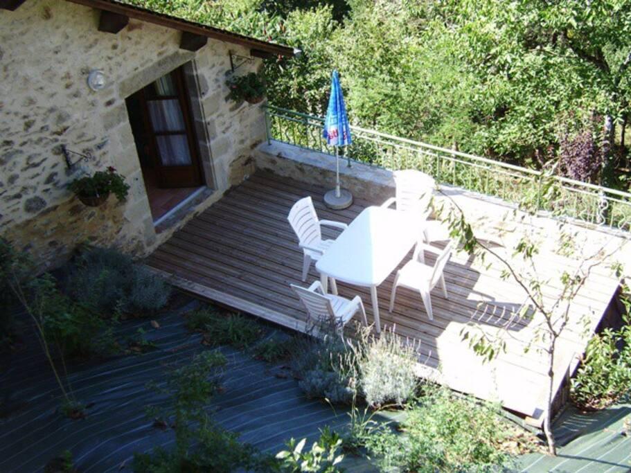 Gîte de la Pause, terrasse à l'arrière de la maison donnant sur le jardin privatif