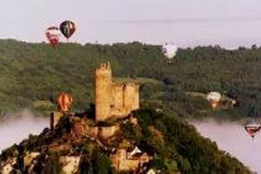 Le château de Najac dominant sur son piton rocheux