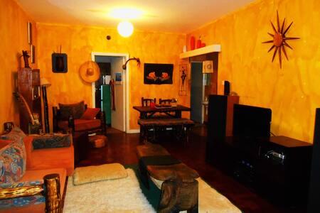 Warm Rustic African Interior  Home - Nairobi  - アパート