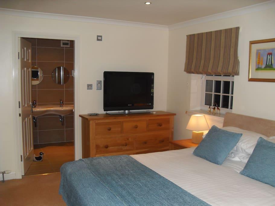 Master Bedroom with private en-suite shower room