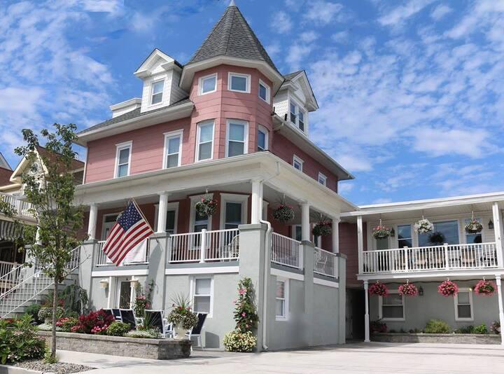 The Victoria Inn - Beach Block Home Sleeps 33