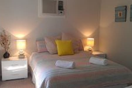 """THE MEWS"" 2 Bedroom Townhouse - Brompton - Casa"