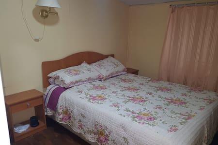 Dormitorio para huéspedes con cama matrimonial
