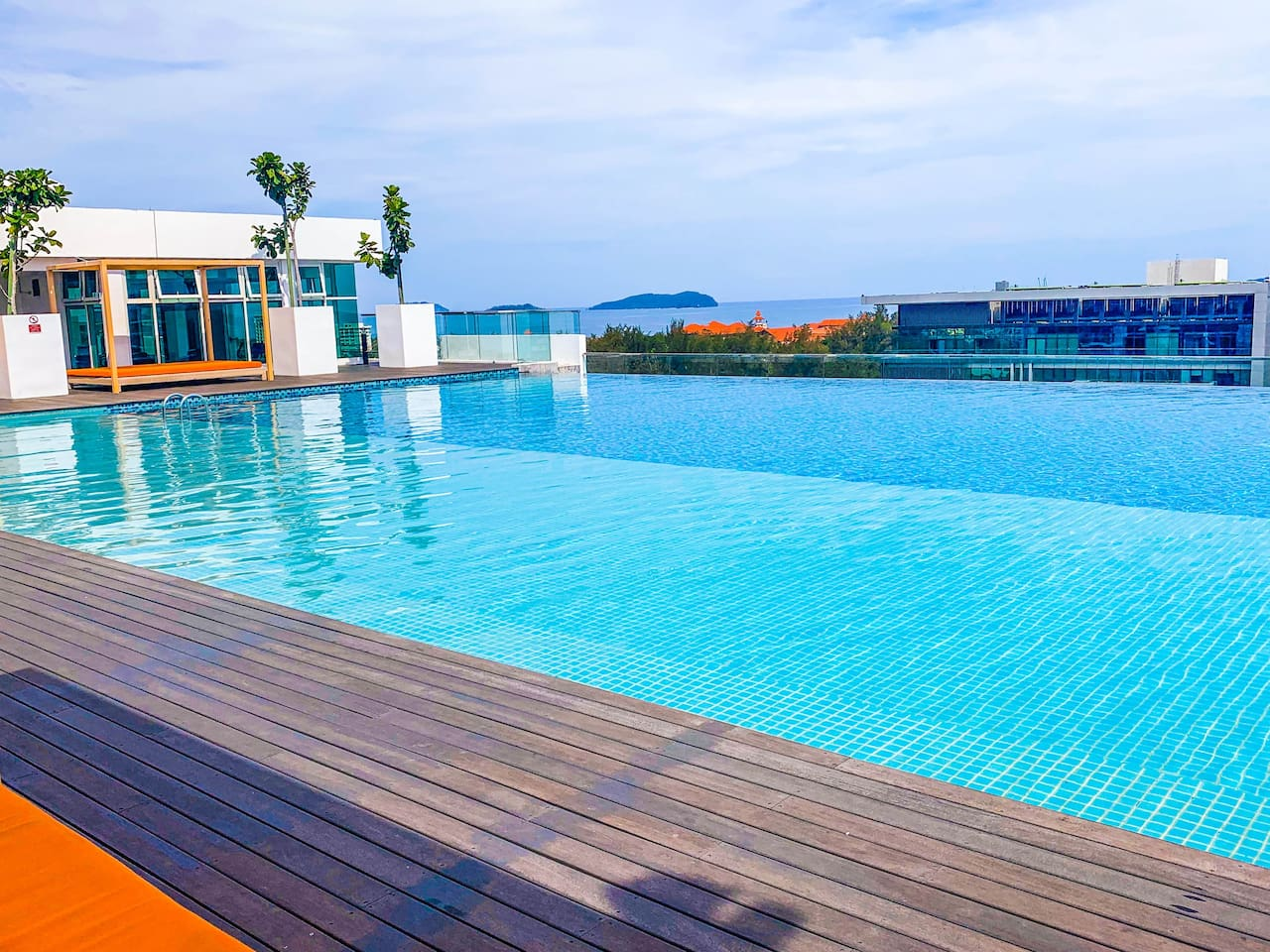 Roof top infinity pool with sea view