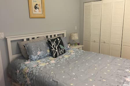 Lovely Two-Level Rogers Park Condo! - Chicago - Wohnung