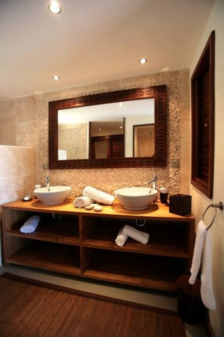 Salle de bain en teck et galet
