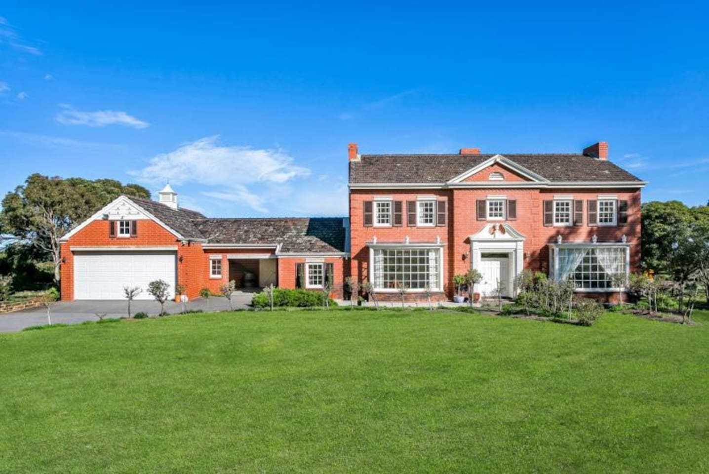 70s' Master built solid brick home approx. 553m2, harmoniously combining opulent formal living with relaxed casual options, lofty ceiling heights and generous room dimensions rarely seen today.