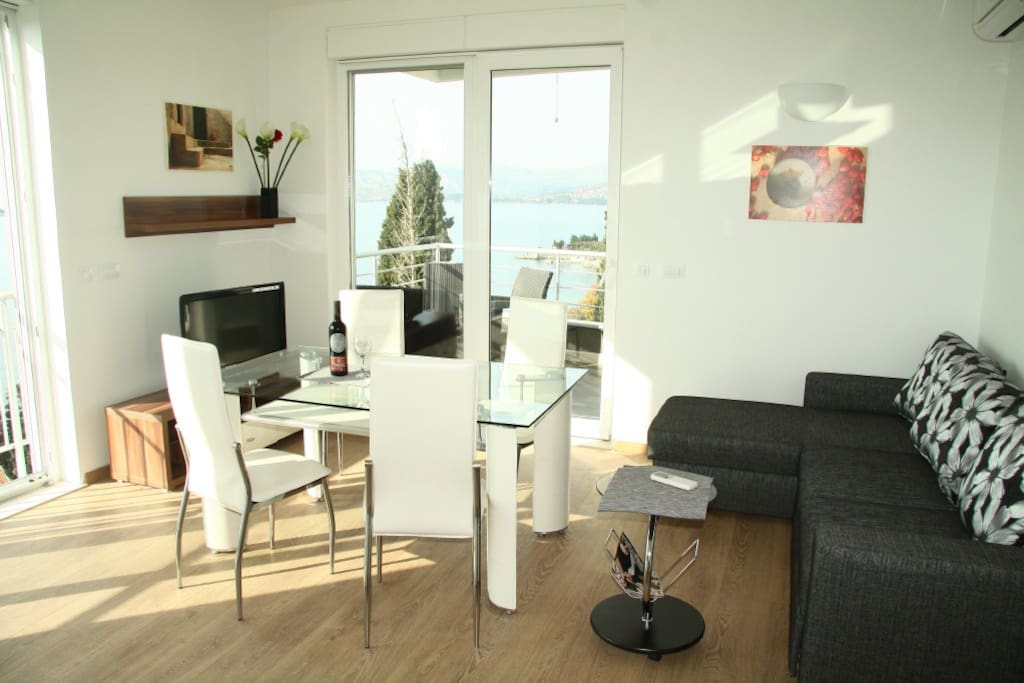 Diner/lounge area with sofa for 2